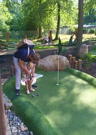 Dad and child playing Adventure Golf at Hexengolf