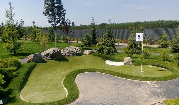 Curved adventure golf hole