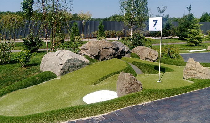 Adventure golf hole: gutter